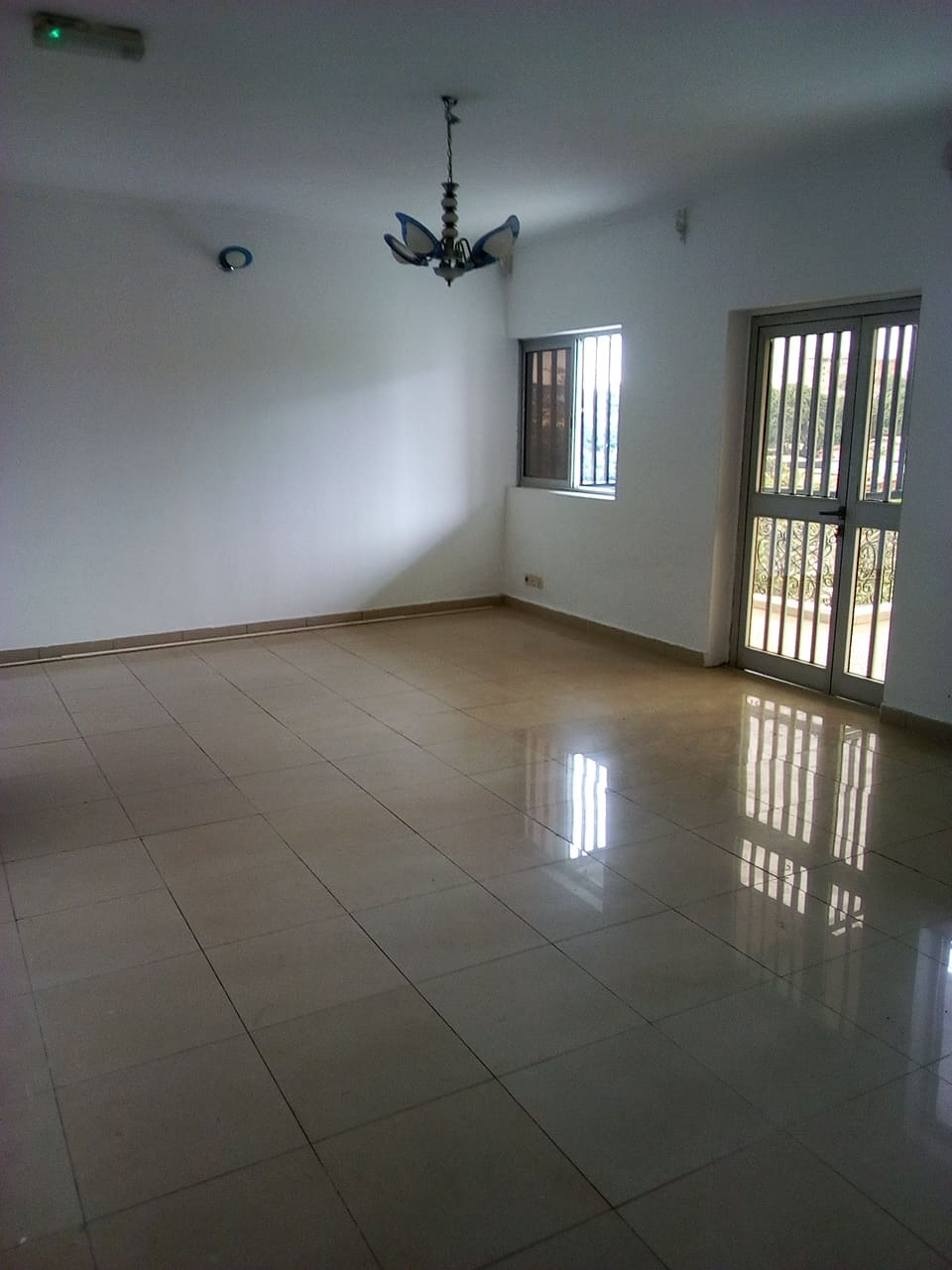 Apartment to rent - Yaoundé, Bastos, pas loin du famous - 1 living room(s), 3 bedroom(s), 3 bathroom(s) - 600 000 FCFA / month