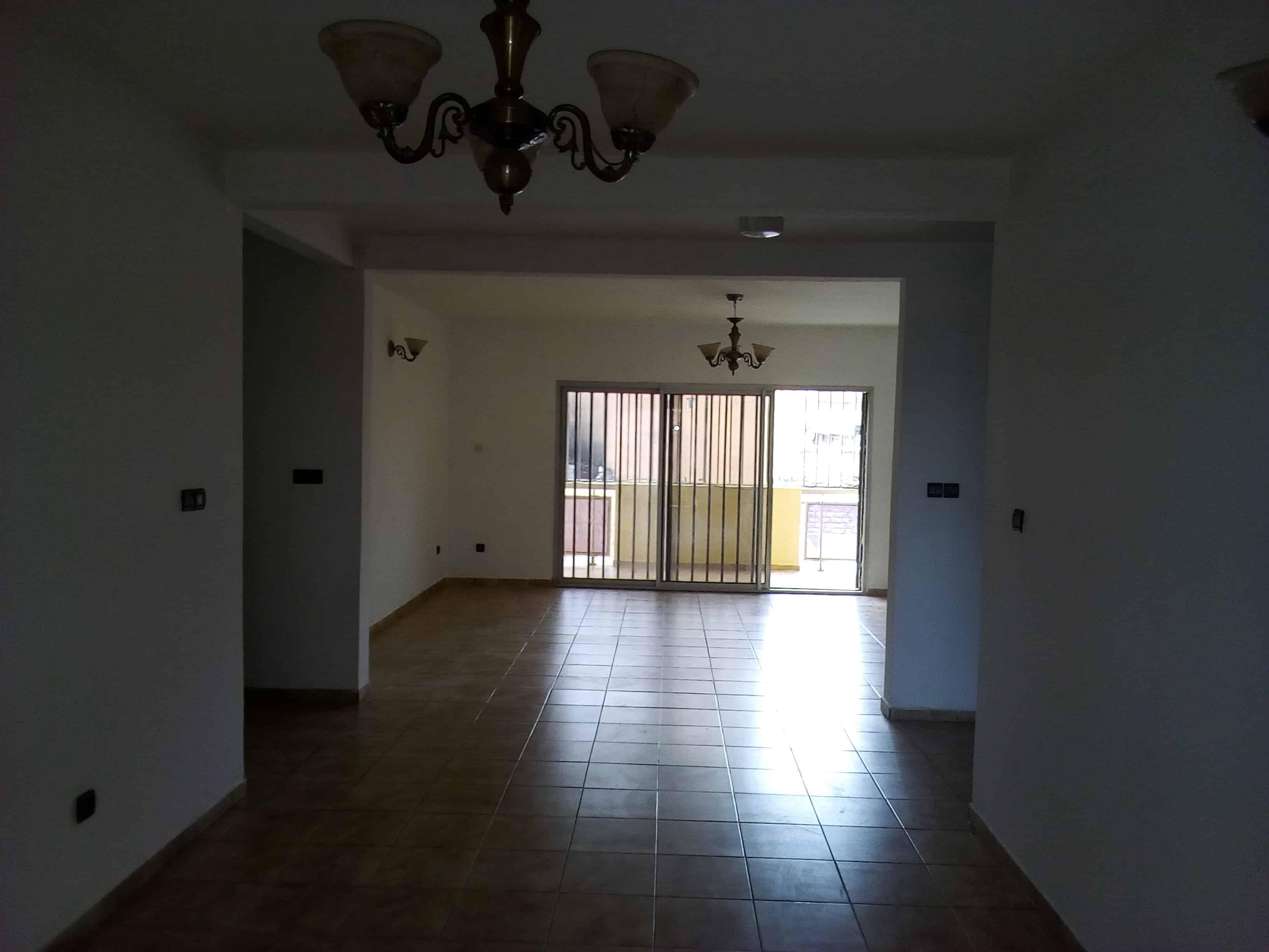 Apartment to rent - Yaoundé, Nlongkak, pas loin du rond point - 1 living room(s), 3 bedroom(s), 2 bathroom(s) - 275 000 FCFA / month