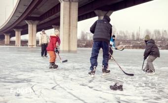 Hokej pod dálnicí