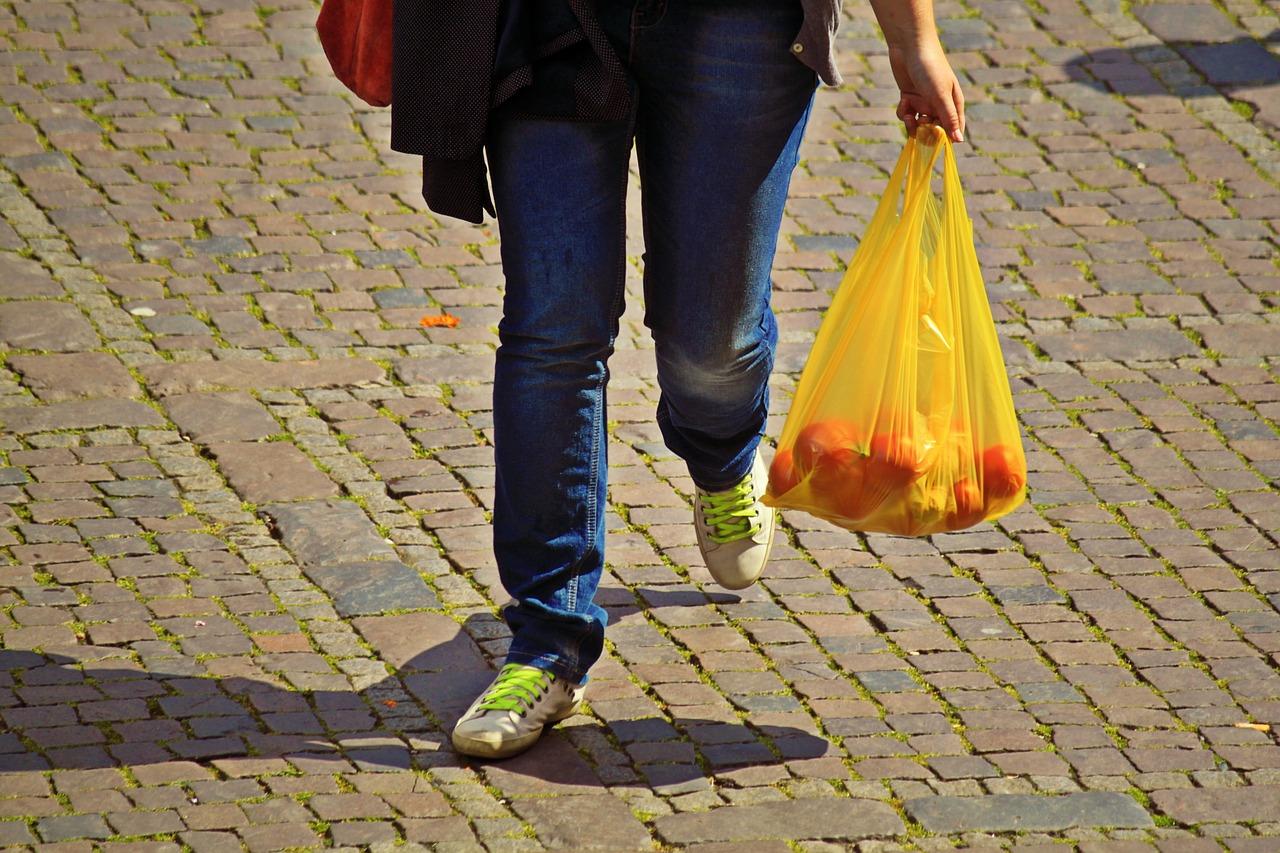 Igelitová, nebo papírová nákupní taška? Nejlepší volbou je polyester, tvrdí vědci z VŠCHT