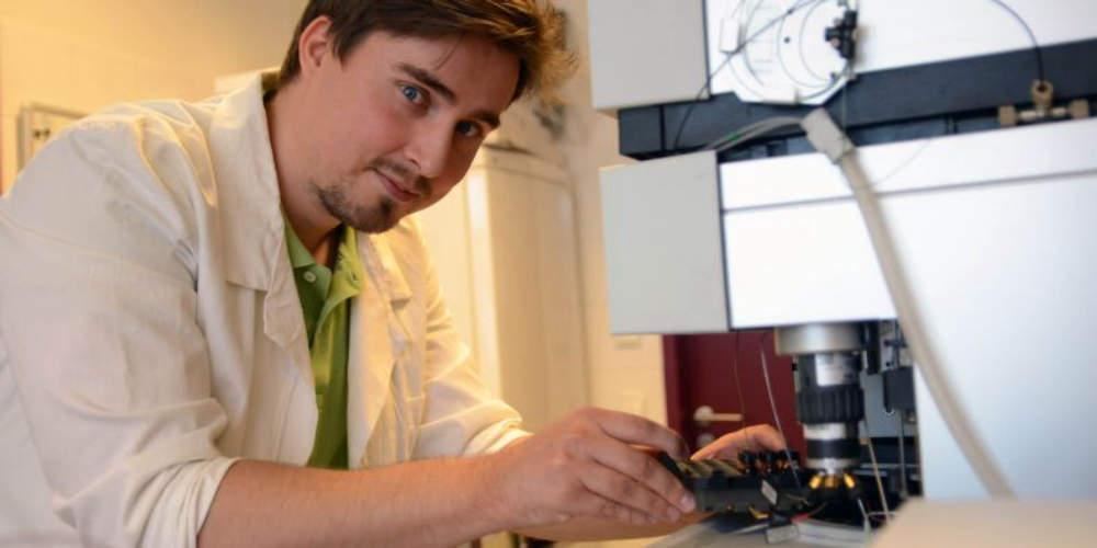 Biochemik hledá způsoby, jak studovat metabolismus léčiv