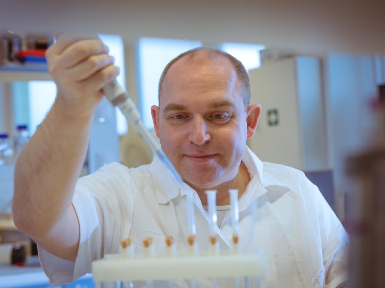 Univerzita Palackého v Olomouci/Ota Blahoušek: Fytochemik Ondřej Novák se díky výzkumu fytohormonů dostal na seznam nejcitovanějších vědců světa