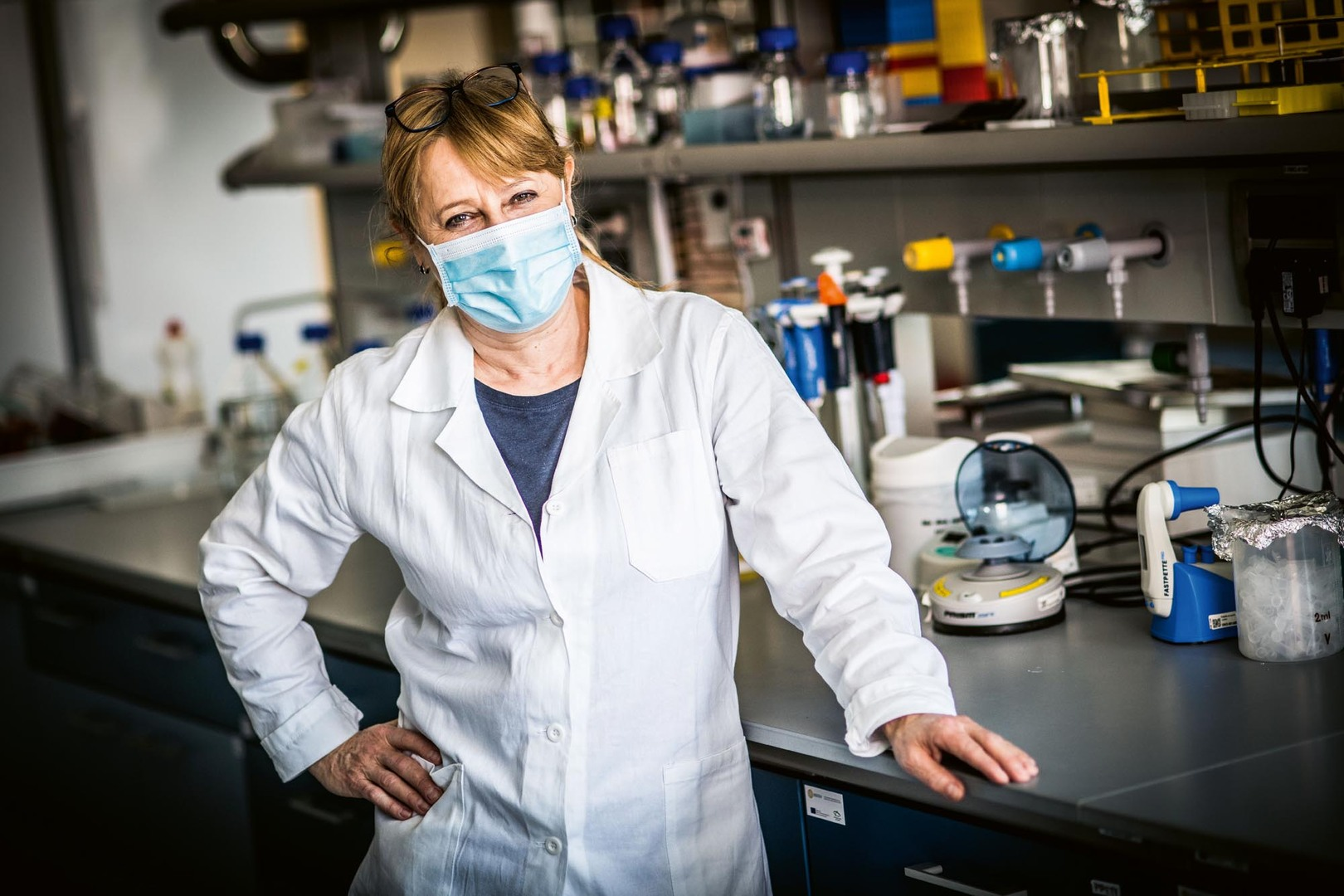 """Vesmír/Luboš Wišniewski (UK): **RNDr. Ruth Tachezy, Ph.D.** (*1964) Vystudovala Přírodovědeckou fakultu UK v Praze, obor molekulární biologie a genetika. Pracovala v Ústavu sér a očkovacích látek na oddělení experimentální virologie, které se později po privatizaci ÚSOL stalo součástí Ústavu hematologie a krevní transfúze. Od roku 1998 vede Národní referenční laboratoř pro papilomaviry a polyomaviry a zastupuje ÚHKT v neziskové mezinárodní organizaci ECCA, která se zabývá prosazováním správné preventivní strategie předcházející karcinomu děložního hrdla. Od roku 2014 je zaměstnána též na Přírodovědecké fakultě UK v Praze jako výzkumný pracovník, vede výzkumnou skupinu ve vědeckém centru BIOCE V a přednáší. Od roku 2019 vede katedru genetiky a mikrobiologie. Účastní se práce apolitického, nezávislého týmu expertů Iniciativa Sníh, která má za cíl """"spolupracovat na ochraně zdraví i na zmírnění dopadů pandemie SAR S-CoV-2"""" (www.iniciativa-snih.cz)."""