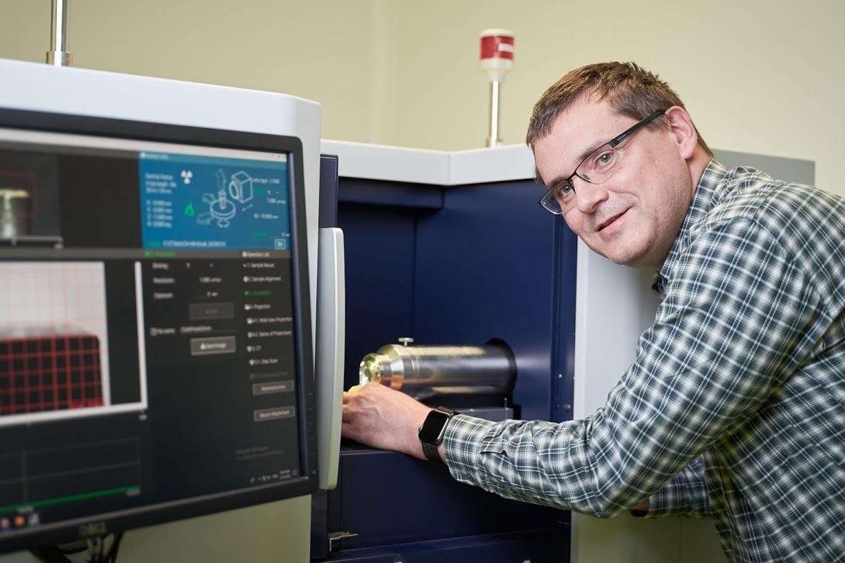 CEITEC: Skupina Jozefa Kaisera vyvíjí software pro giganta na poli rentgenových zařízení. Spokojenost Rigaku vedla k prodloužení spolupráce.