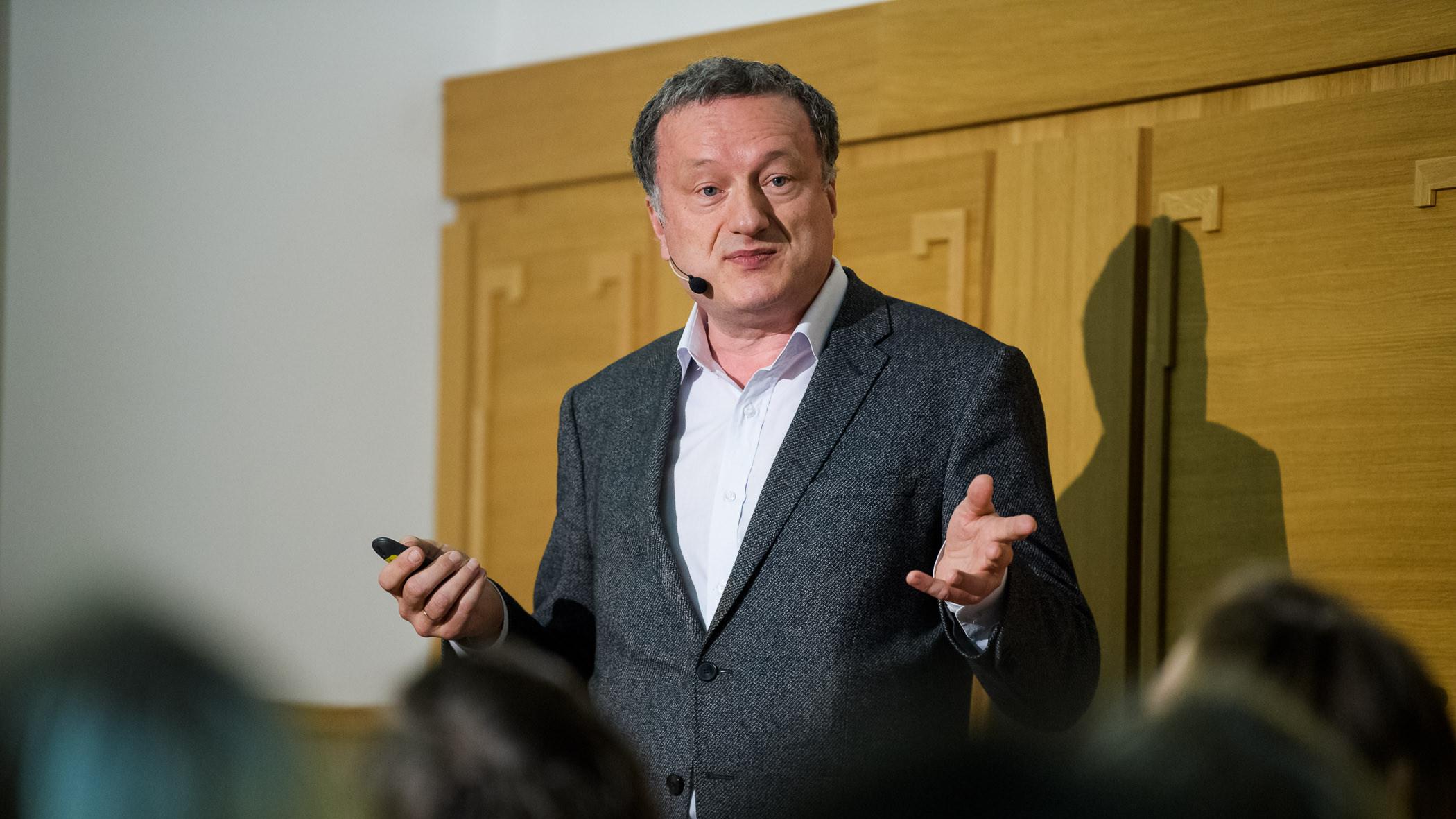Český rozhlas/Khalil Baalbaki: Nepotřebujeme miliardu za rok. Ale pár milionů přesně teď, říká koordinátor akademického výzkumu koronaviru