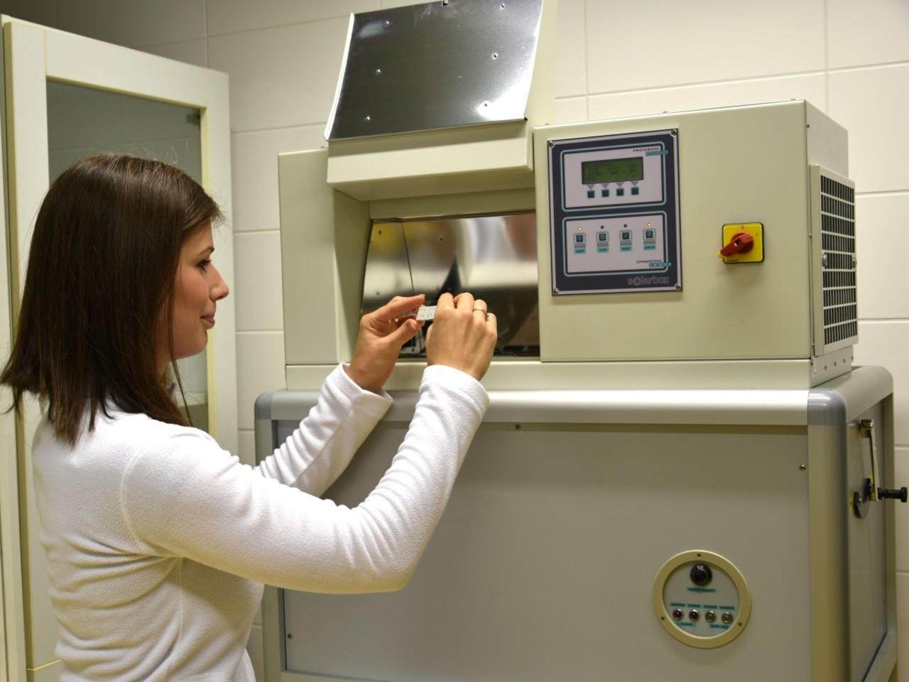 UPOL/Šárka Chovancová: Katedra analytické chemie pořídila přístroj, který simuluje stárnutí maleb