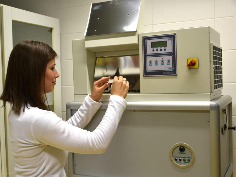 Katedra analytické chemie pořídila přístroj, který simuluje stárnutí maleb