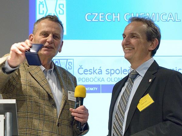ČSCH/UPOL: Karel Lemr (vpravo) přebírá Hanušovu medaili.