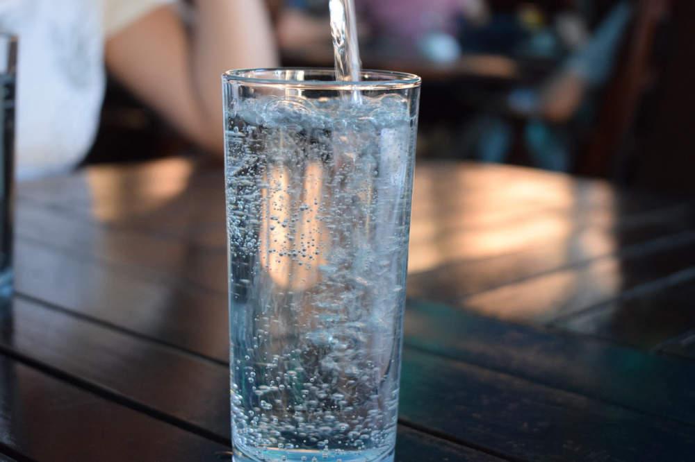 Úpravny nezvládají odstraňovat mikroplasty, v litru pitné vody zůstává až 900 plastových částic