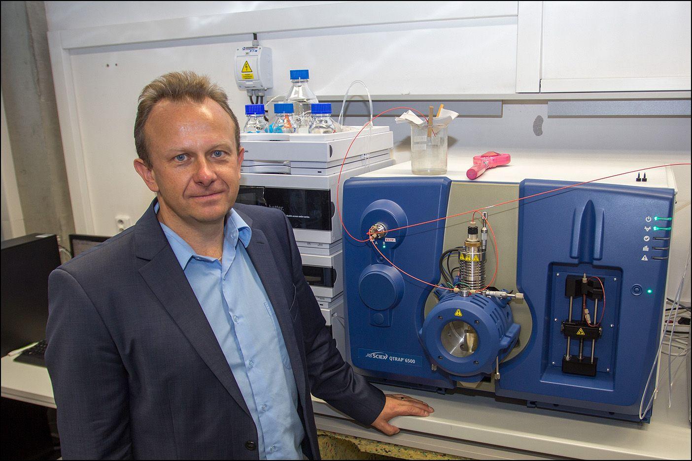 Aktuálně.cz: Univerzita Pardubice: Profesor Michal Holčapek ve své laboratoři na Univerzitě Pardubice.