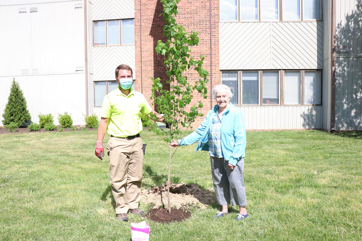 Lakewood Senior Living plant trees to recognize Arbor Day 4