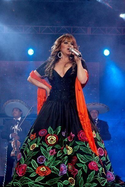 vestido negro con flores y naranja Jenni Rivera