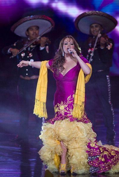 vestido rosa fiusha con amarillo Jenni Rivera