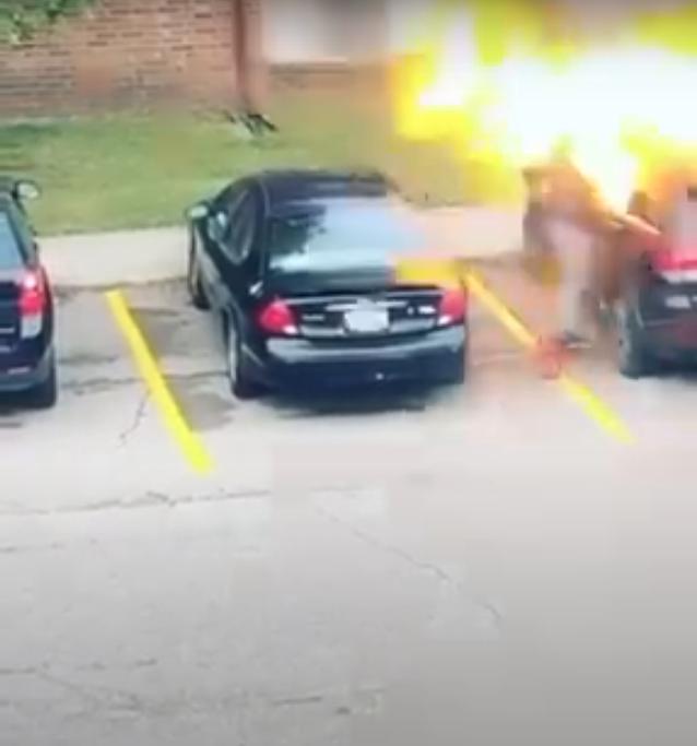 Mujer prende en llamas auto