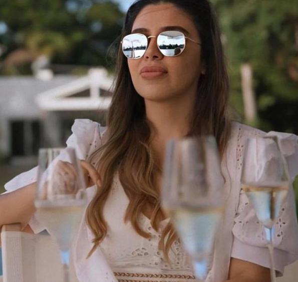 Emma Coronel con lentes