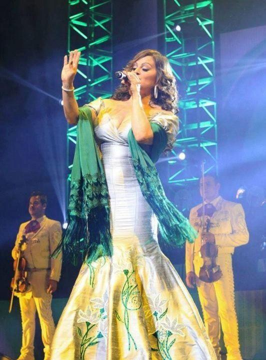 vestido verde con blanco y dorado de Jenni Rivera