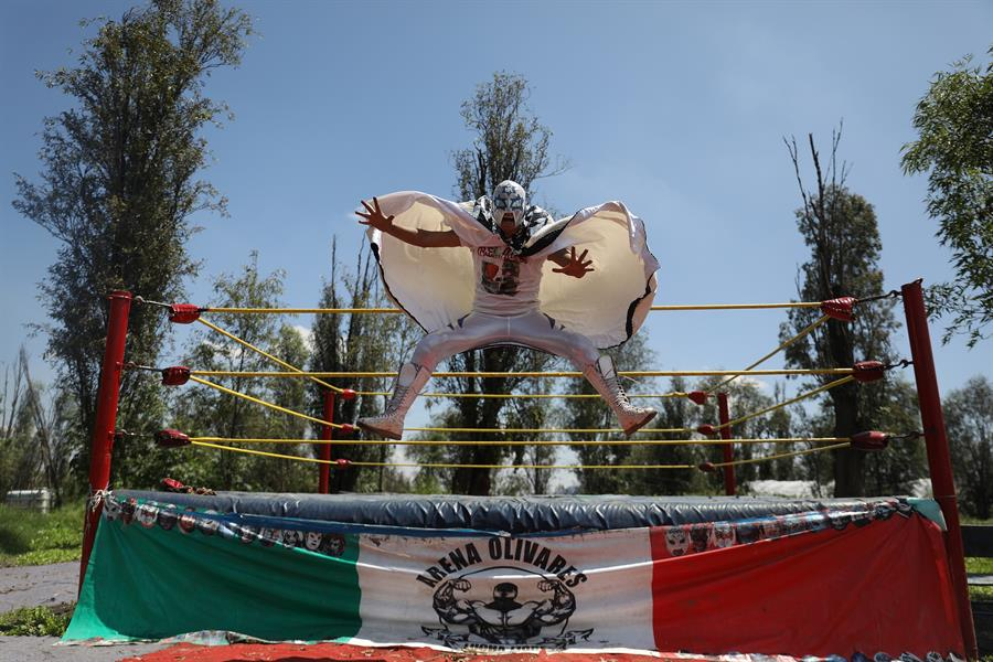 luchador en xochimilco