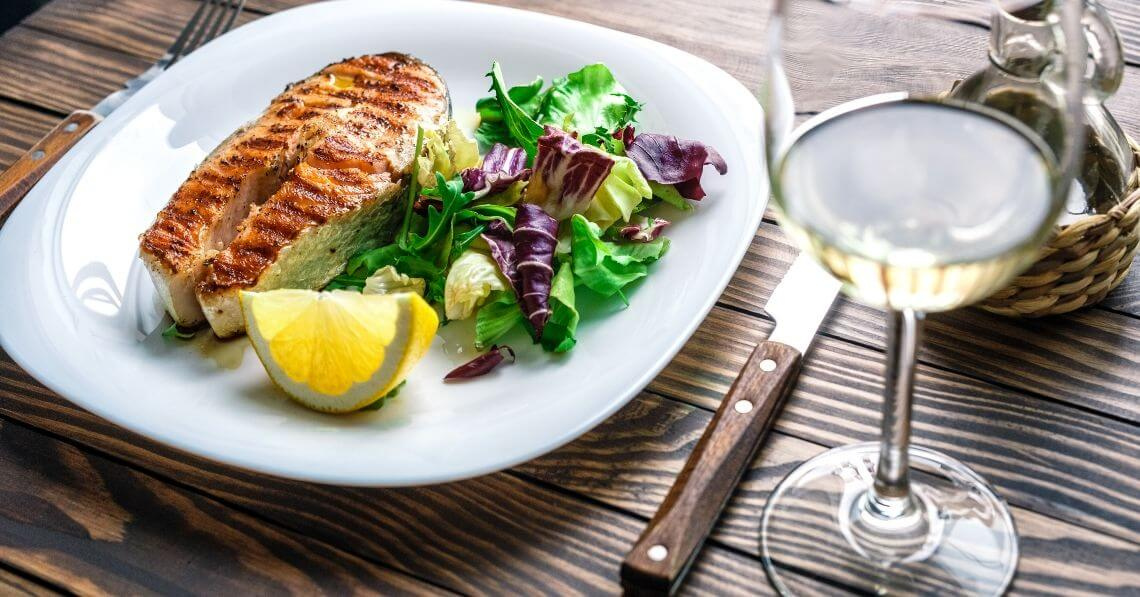 White wine with salmon and salad