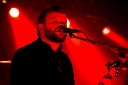 Ganz in rot - Fotos von Sahg als Opener von Opeth live in Stuttgart