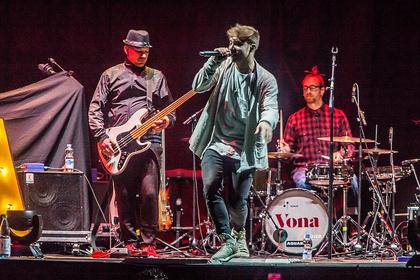 Neuentdeckt - Fotos von Vona als Opener von Cro live in der SAP Arena Mannheim