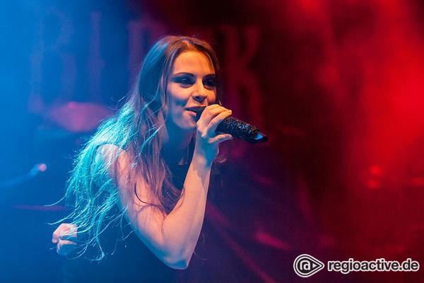 Neu-Metall - Fotos von Beyond the Black als Support von Powerwolf live in Wiesbaden