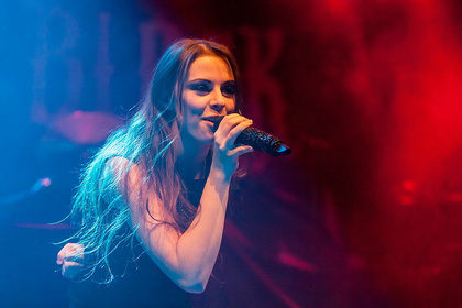 Neu-Metall - Fotos von Beyond the Black als Support von Powerwolf live in Wiesbaden
