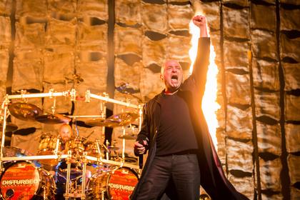 Stille kann sehr laut sein - Gestört: Fotos von Disturbed als Support von Avenged Sevenfold live in Frankfurt