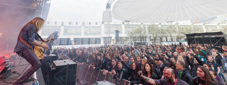 Spielt auf der Center Stage bei der Musikmesse 2017 in Frankfurt