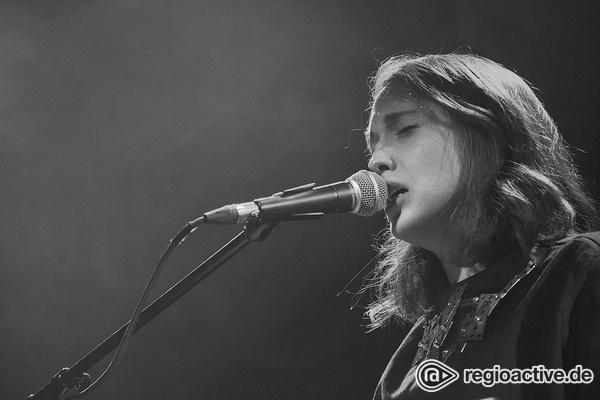 Schlägt keine Wurzeln - Live-Fotos von Alice Merton als Support von Bosse in der halle02 in Heidelberg