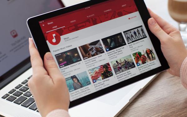 Nach der Einigung: Surfer freuen sich darüber, Youtube endlich uneingeschränkt verwenden zu können - die GEMA freut sich über das Umsatzplus 2016