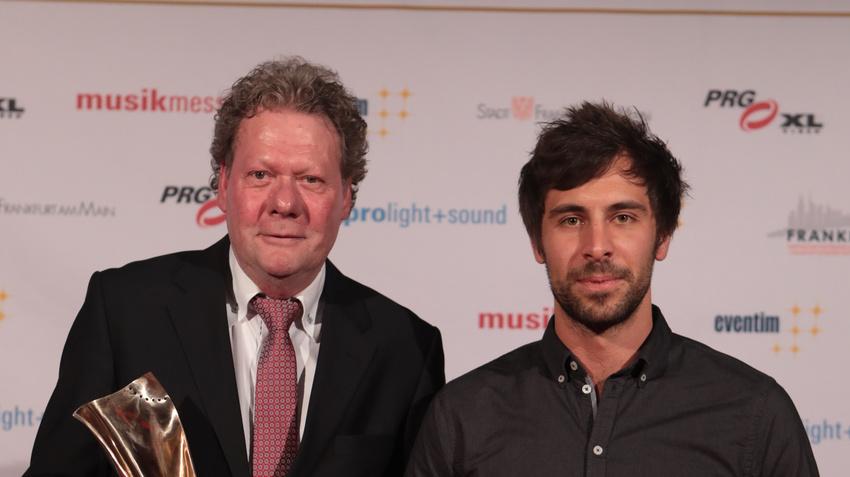 Max Giesinger (rechts) gratulierte als Laudator dem Clubbetreiber, Michael Lohmeyer (Hannover Concerts).