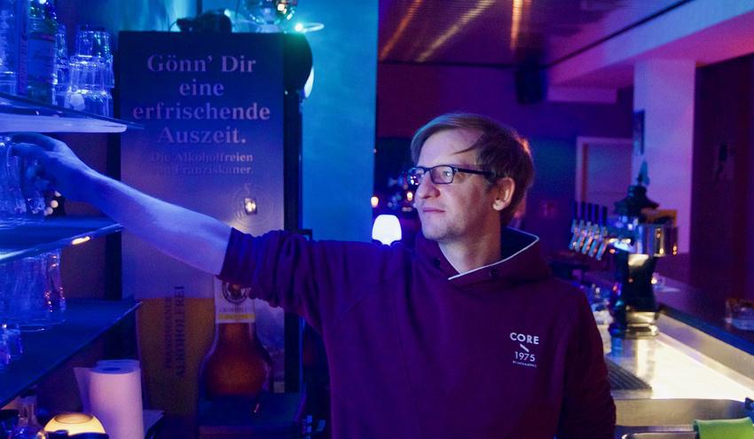 Jan Lammel hinter der Bar der Nachtschwärmerboutique.