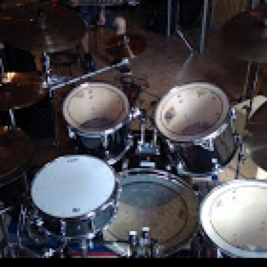 Rockband - Schlagzeuger, Bassist im raum 72xxx -