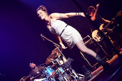 Feuerrot - Mitreißend: Bilder von Beth Hart live im Capitol Mannheim