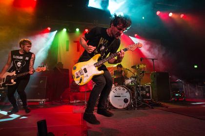 Mitreißender Punk-Rock - Fotos von Itchy als Vorgruppe von Sum 41 live in Mannheim