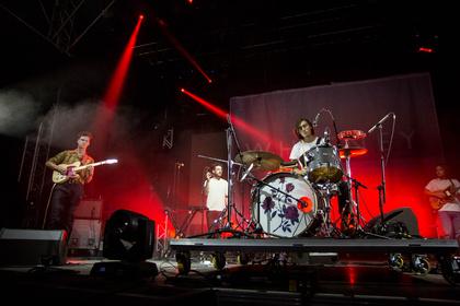 Singender Drummer - Whitney: Live-Bilder der Kanadier auf dem Maifeld Derby 2017