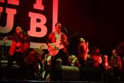 In Rot: Live-Bilder von Kraftklub beim Happiness Festival 2017