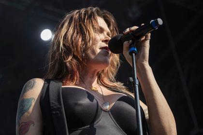 Voller Energie - Female Blues: Bilder von Beth Hart live bei den Jazzopen Stuttgart