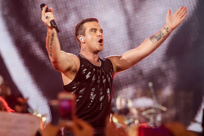 Im Handymeer - Robbie Williams: Bilder des Superstars aus der Commerzbank-Arena in Frankfurt
