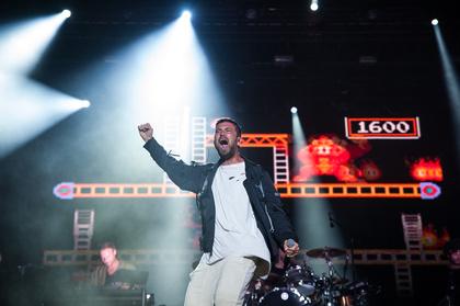 Eine Bühne in Flammen - Highlight: Fotos von Marteria live beim Deichbrand Festival 2017