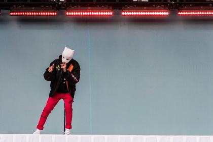 Hi Kids - Mit Maske: Live-Bilder von Rapper Cro beim Deichbrand Festival 2017