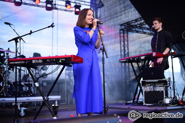 No Roots - Poppig: Live-Bilder von Alice Merton beim Trebur Open Air 2017