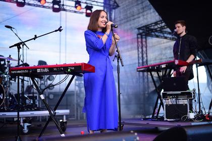 No Roots - Poppig: Live-Bilder von Alice Merton beim Trebur Open Air 2017