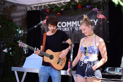 Kleine Bühne, große Gefühle - Urban Fox: Live-Fotos des Singer/Songwriters beim Trebur Open Air 2017
