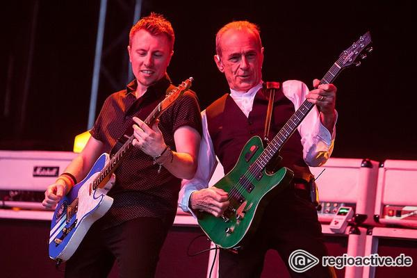 Zwei Klassiker - Boogie-Time: Fotos von Status Quo live bei Musik im Park in Schwetzingen