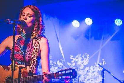 Emotionale Zeitreise - Kate Nash geht im Zoom in Frankfurt mit dem Publikum auf Tuchfühlung