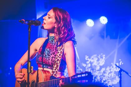 Aus Stein gemeißelt - Kate Nash: Live-Bilder der Sängerin aus dem Frankfurter Zoom