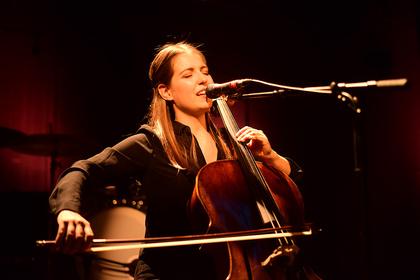 Sie spielte Cello - Sinnlich: Live-Bilder von Luisa Babarro im Tollhaus in Karlsruhe