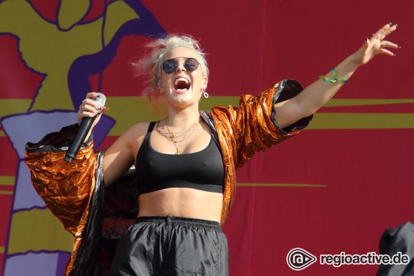 Tanzmusik - Partylady: Fotos von Anne-Marie live beim Lollapalooza 2017