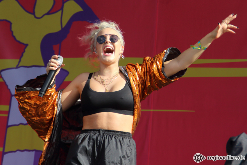 Anne-Marie live beim Lollapalooza